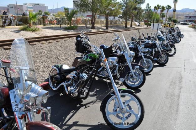Všude řady motocyklů.